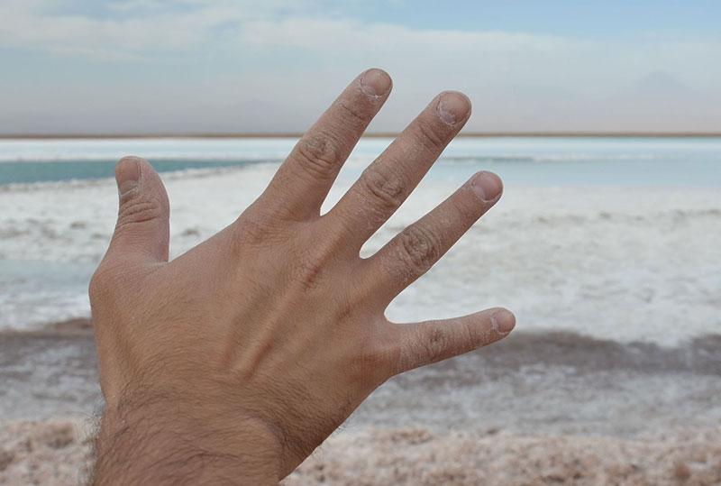 Depois de colocar a mão nessa água da laguna, quando a água seca resta apenas o sal. Imagine ao entrar pra tomar um banho nessa lagoa?