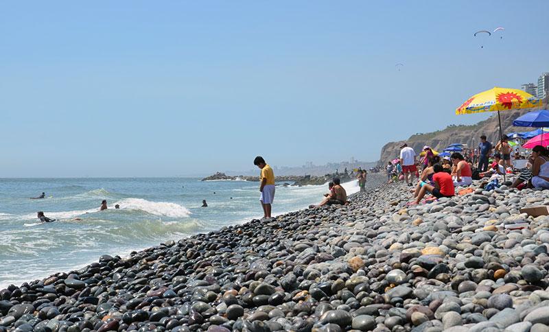 Praia com pedras em Miraflores