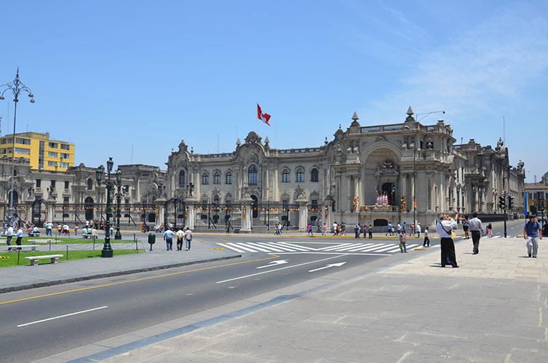 Praça no centro histórico, em frente ao palácio.