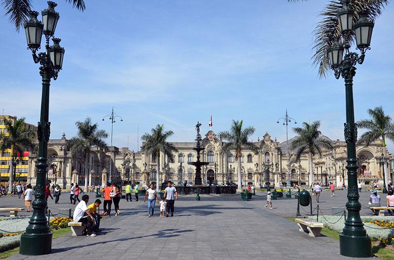 Praça no centro histórico de Lima.