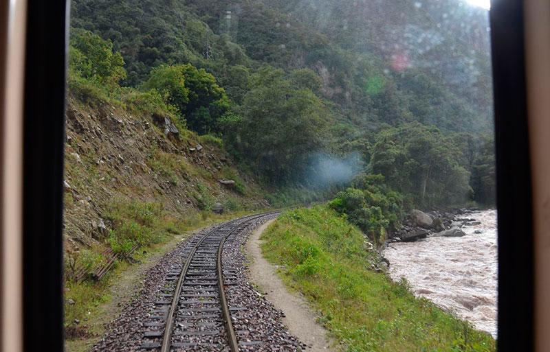 Linha de trem no caminho para Águas Calientes e Machu Picchu