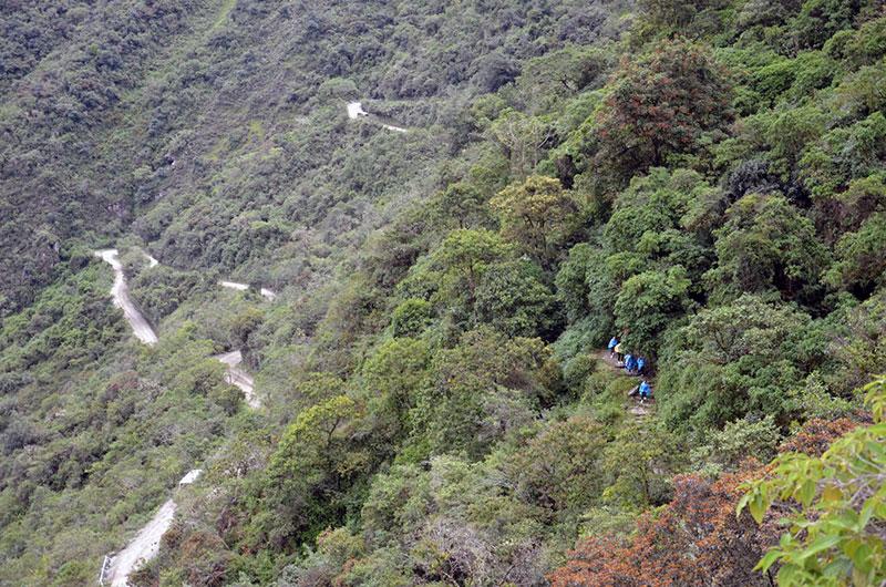 Pessoal iniciando a descida a pé de Machu Picchu para Águas Calientes
