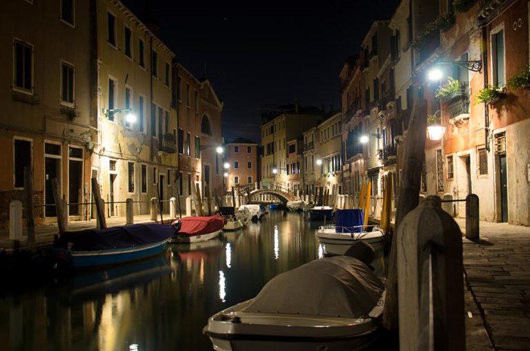 Noite em canal de Veneza
